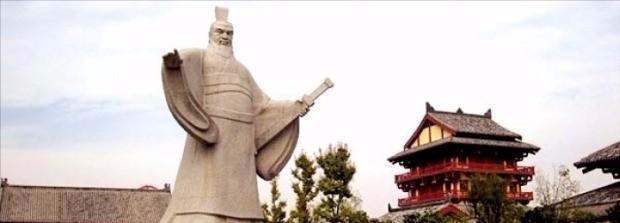 허난성 쉬창(許昌)의 조승상부(曹丞相府)에 있는 조조 동상. 조조는 이곳에서 한나라 승상으로 업무를 관장하면서 천하통일을 꿈꿨다.