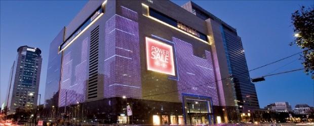 현대백화점은 올해 면세점 특허권 획득에 도전한다. 서울 삼성동 무역센터점에 면세점을 조성한다는 계획이다. 중국 17개 여행사와 양해각서(MOU)를 맺고, 유커 200만명을 유치하겠다고 발표했다.