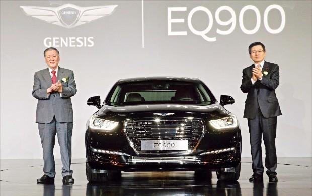 정몽구 현대차그룹 회장(왼쪽)과 황교안 국무총리가 지난해 12월 열린 EQ900 출시 행사에서 차량을 소개하며 박수치고 있다.