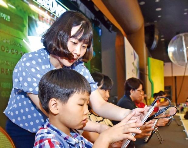 지난달 10일 넷마블게임즈가 경북 경주시 더케이호텔에서 개최한 '2016 전국 장애학생 e페스티벌'에서 학생이 교사의 지도를 받아 게임을 즐기고 있다.