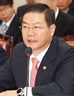 의원들 질의에 답변하는 성영훈 위원장. 연합뉴스