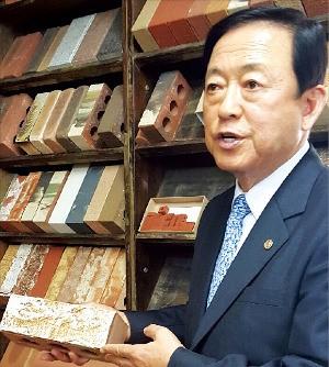 김영래 한국점토벽돌공업협동조합 이사장이 중국산 벽돌의 문제점 등을 설명하고 있다. 이민하 기자