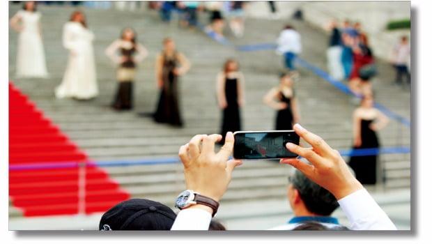 스마트폰은 인류의 의사소통 방식을 바꾸고 있습니다. 지금은 개개인이 '몸짓'과 '음성'을 한 다발로 묶어 다른 사람에게 실시간으로 전송하는 일이 가능해 졌습니다.