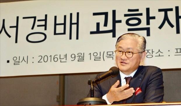 서경배 아모레퍼시픽 회장이 지난달 1일 한국프레스센터에서 기자회견을 열고 서경배 과학재단 설립 배경에 대해 설명하고 있다. 한경DB