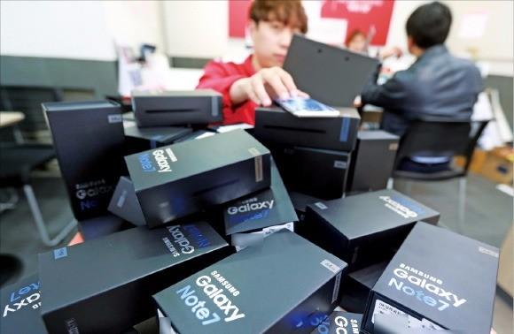 이동통신사들은 13일부터 갤럭시노트7 제품 교환 및 환불을 시작한다. 12일 서울 시내 한 휴대폰 판매점에서 직원이 갤럭시노트7 반납을 준비하고 있다. 연합뉴스