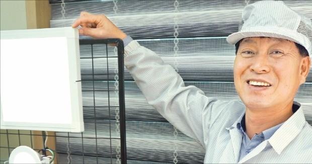 이복수 루미컴 대표가 깜박임이 없는 '플리커 프리' LED 제품을 설명하고 있다.