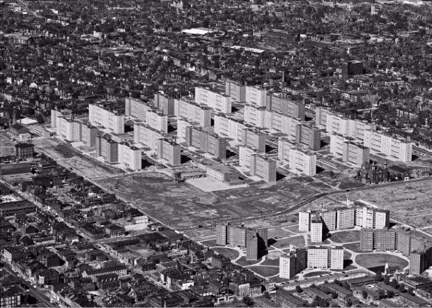 삭막한 건축으로 슬럼화된 미국 미주리주의 대규모 공공주택단지 프루이트아이고는 도시 재건축 실패의 상징이다. 1970년대 폭파 해체됐다. 더퀘스트 제공