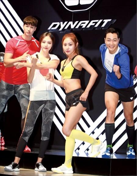 K2코리아가 13일 서울 청담동 송은아트스페이스에서 연 '다이나핏' 론칭 기자간담회에서 모델들이 스포츠 의류와 신발을 소개하고 있다.   연합뉴스