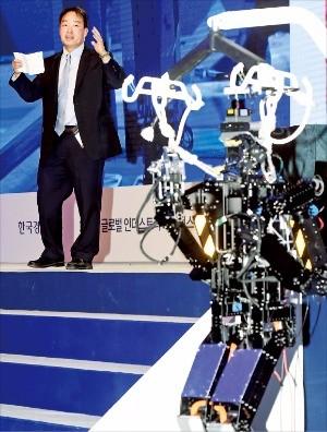 대니얼 리 펜실베이니아대 교수가 13일 서울 그랜드하얏트호텔에서 열린 '2016 글로벌 인더스트리 쇼퍼런스'에서 개발 중인 재난 구호용 로봇으로 드릴을 뚫고 밸브를 잠그는 작업을 시연하고 있다. 허문찬 기자 sweat@hankyung.com