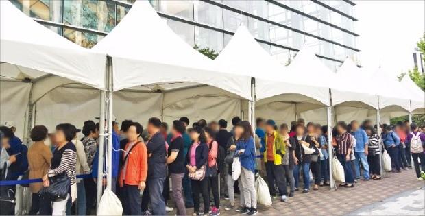 예비 청약자들이 이달 개관한 '래미안 장위퍼스트하이' 모델하우스에 들어가기 위해 길게 줄을 서 있다. 이 단지에는 올해 서울 강북권에서 가장 많은 청약통장이 몰렸다. 삼성물산  제공