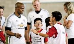 맨체스터 선수들을 만난 한국 어린이들.