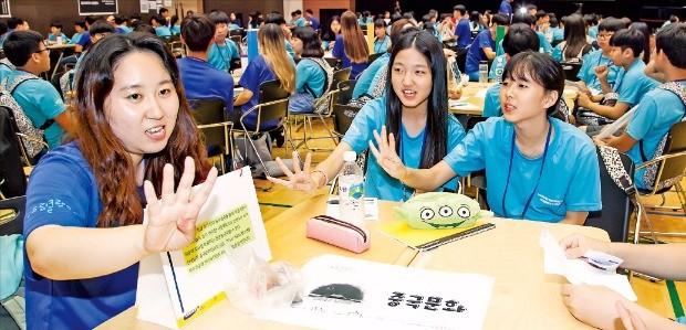 지난 7월 서울 연세대에서 열린 삼성 드림클래스 여름캠프에 참가한 중학생들이 공부하고 있다.