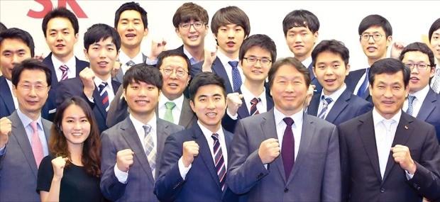 최태원 SK 회장(앞줄 오른쪽 두 번째)은 지난 6월14일 서울 종로 SK서린빌딩에서 한국고등교육재단이 선발한 장학생에게 장학증서를 수여했다. 최 회장은 한국고등교육재단 이사장을 맡고 있다.