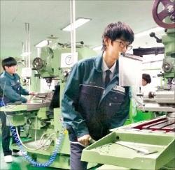 시화공고 학생들이 산학일체형 도제학교 프로그램에 따라 실습 수업을 받고 있다. 한국산업단지공단 제공