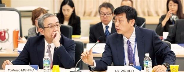 미시마 요시나오 도쿄공업대 총장(왼쪽)이 지난 15일 서울대에서 열린 동아시아연구중심대학협의회(AEARU)에서 테이웨이쿠오 대만국립대 수석부총장의 발언을 듣고 있다. 서울대 제공