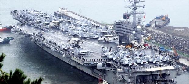 < 부산항 입항한 '떠다니는 군사기지' 美 핵추진 항공모함 > 미국의 니미츠급 핵 추진 항공모함인 로널드레이건호가 5일간의 한·미 해상 연합훈련을 마치고 16일 해군 부산기지에 입항하고 있다. 10만4200t급으로 축구장 3개(1800㎡ 규모) 크기의 갑판을 보유한 항모는 슈퍼호넷 전투기(F/A-18), 전자전 전투기(EA-6B), 공중조기경보기(E-2C)를 비롯한 항공기 80여대를 탑재하고 있다. 연합뉴스