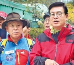 정우택 새누리당 의원(오른쪽)이 16일 산악인 엄홍길 씨 등과 함께 수락산을 등반하고 있다. 박종필  기자  jp@hankyung.com