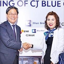 베트남 호찌민에서 열린 CJ블루 출범식에서 악수하고 있는 김성수 CJ E&M 대표(왼쪽)와 레띠투이응아 블루그룹 회장.