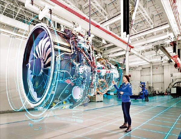 항공기 엔진에 센서를 달아 고장 여부를 실시간 점검하는 GE의 산업 인터넷 이미지.