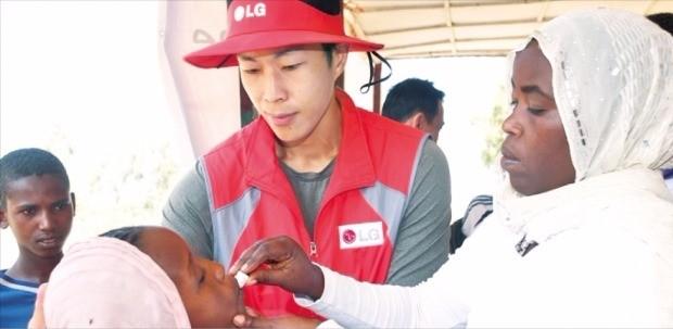 LG전자 직원이 아프리카에서 콜레라 예방 접종을 돕고 있다.