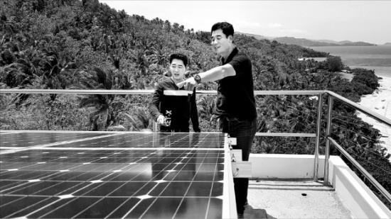 전영호 이엘티 부사장(오른쪽)이 코브라도르섬 현지 전력회사 직원에게 태양광 패널 점검 요령을 설명하고 있다. 오형주 기자
