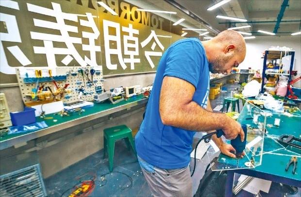 중국 선전 화창베이 거리에 있는 하드웨어 창업 전문 액셀러레이터 핵스(HAX)에서 외국인 창업가가 시제품을 만들고 있다. 핵스 제공