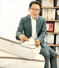 김인호 럭스나인 사장이 라텍스를 위생적으로 생산하는 설계방법을 설명하고 있다. 김낙훈 기자
