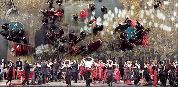독일 연출가 헤닝 브로크하우스가 연출한 오페라 라 트라비아타의 '축배의 노래' 장면. 45도로 비스듬히 들어올려진 거대한 거울이 등장인물과 무대를 비춘다. 세종문화회관  제공