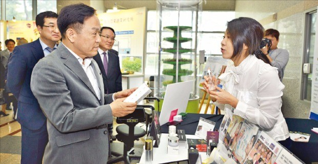 이필운 안양 시장(왼쪽)이 참여 기업들을 찾아가 제품 설명을 듣고 있다.