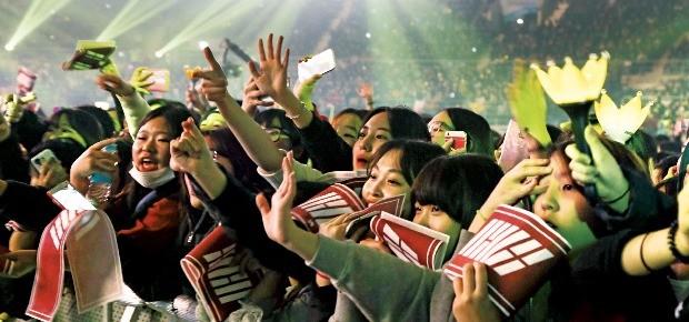 서울 올림픽체조경기장에서 열린 '2015 멜론뮤직어워드'에서 관객이 공연을 보며 열광하고 있다. 로엔엔터테인먼트 제공