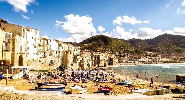 시칠리아의 대표적 휴양지 중 하나인 체팔루 해변. 장준우 프리랜서 사진작가