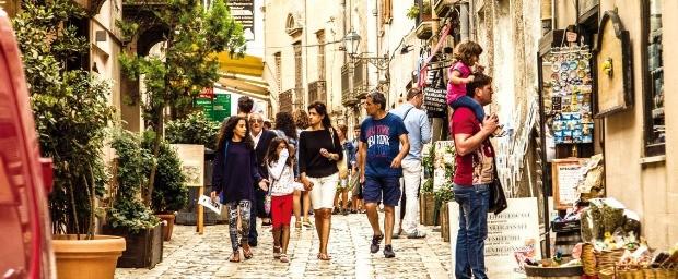 관광객들로 붐비는 에리체 골목 대로변.