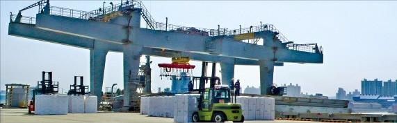 인천 북항 민자부두인 동부부두에서 근로자들이 화물 하역작업을 하고 있다. 동부인천항만 제공