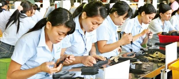 태광실업 직원들이 베트남 남부에 있는 2공장에서 신발을 생산하고 있다. 태광실업그룹 제공