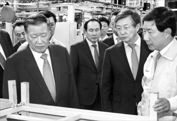 정몽구 현대자동차그룹 회장(앞줄 왼쪽 첫 번째)이 양웅철 연구개발총괄 부회장(두 번째) 등과 함께 지난 18일 중국 창저우 공장 준공식 후 공장을 둘러보며 자동차 품질을 점검하고 있다. 현대자동차 제공