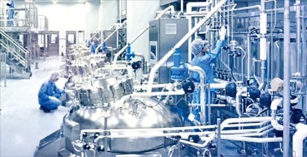 삼성바이오로직스 직원들이 인천 송도 제2공장에서 생산 설비를 점검하고 있다. 삼성바이오로직스 제공