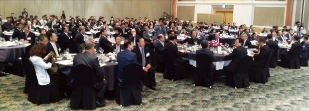 부산상공회의소는 19일 부산 롯데호텔 크리스탈볼룸에서 '부산경제포럼 창립 20주년 기념 특별포럼'을 열었다. 부산상공회의소 제공