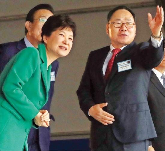 19일 도레이첨단소재의 탄소섬유 복합재료 공장 기공식에 참석한 박근혜 대통령이 이영관 도레이첨단소재 회장의 설명을 듣고 있다. 강은구 기자 egkang@hankyung.com