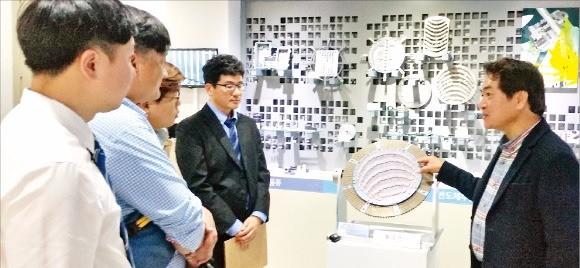 김대구 공간정밀 사장(오른쪽)이 반도체검사장비 부품을 소개하고 있다.  김낙훈 기자
