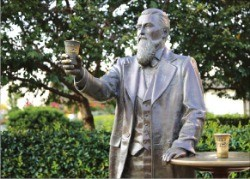 코카콜라를 개발한 약사 존 펨버턴의 동상.