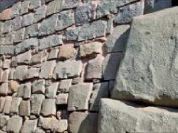 스페인과 잉카 문명의 차이를 분명히 드러내는 석벽.
