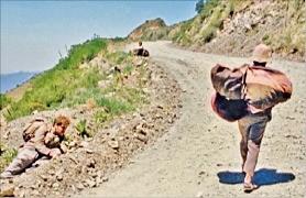 영화 <모터사이클 다이어리>에서 고산병으로 쓰러진 체와 알베르토 옆을 지나는 원주민.