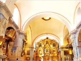 황금으로 장식된 성당 내부.