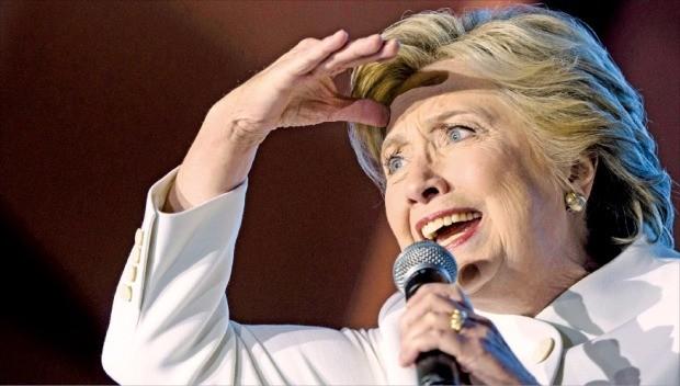 힐러리 클린턴 미국 민주당 대통령 후보가 19일(현지시간) 라스베이거스 네바다대에서 열린 3차 TV토론이 끝난 뒤 차로 30분가량 떨어진 크레이그랜치공원으로 자리를 옮겨 지지자들에게 연설하고 있다. 라스베이거스AFP연합뉴스