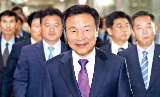 손학규 전 통합민주당 대표가 20일 오후 정계복귀 기자회견을 위해 측근들과 함께 국회 정론관으로 들어서고 있다. 연합뉴스