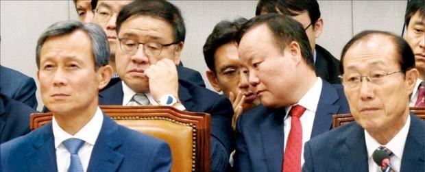 이원종 대통령 비서실장(앞줄 오른쪽)이 21일 국회 운영위원회의 청와대 국정감사에서 이영석 대통령 경호실 차장(왼쪽)과 함께 의원들의 질의를 듣고 있다. 뒷줄 왼쪽은 안종범 정책조정수석, 오른쪽은 김재원 정무수석. 김범준 기자 bjk07@hankyung.com