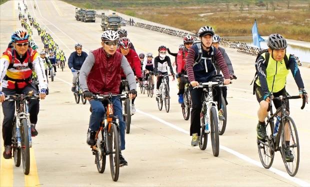 이명박 전 대통령(왼쪽 두 번째)이 지난 21일 4대강 자전거길 투어 행사를 열었다. 이 전 대통령이 정규재 한국경제신문 주필(맨 오른쪽), 차백성 자전거여행가(맨 왼쪽) 등 일행과 이포보~여주보 중간 지점을 달리고 있다. 김병훈 자전거생활 사장 제공