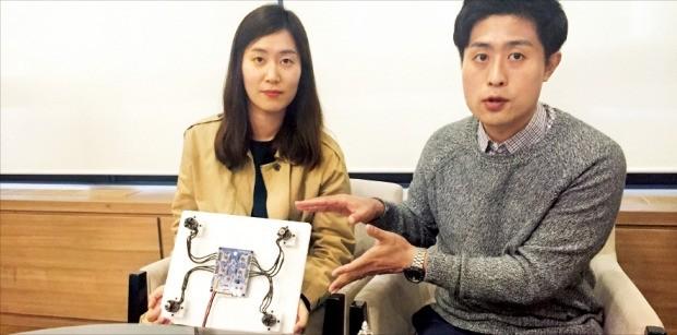 김용덕 무지개연구소 대표(오른쪽)가 올인원 스마트 드론 메인보드 '블루비'의 작동 원리를 설명하고 있다. 이민하 기자
