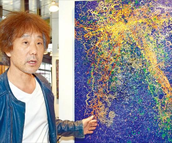 재불작가 황호섭 화백이 한경갤러리에 전시된 자신의 작품 '코스모스'를 설명하고 있다. 김영우 기자 youngwoo@hankyung.com