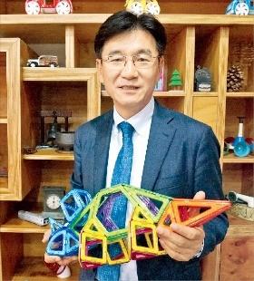 박기영 한국짐보리 대표가 맥포머스로 만든 모형을 설명하고 있다. 이우상 기자